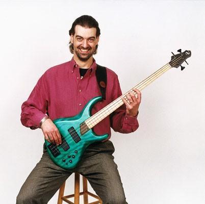 Cómo encontrar la posición adecuada para su guitarra baja